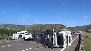 TIR devrildi; üzerindeki sıfır araçlar hasar gördü