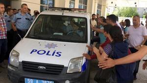 Bıçakla yaralama şüphelisini, linçten polis kurtardı