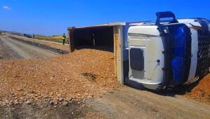 Devrilen hafriyat kamyonunun sürücüsü yaralandı