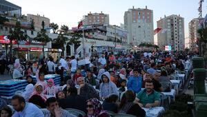 Başakşehir'de oruçlar 15 bin kişiyle aynı sofrada açıldı