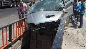 Refüje çarpan otomobil köprüde asılı kaldı: 1 ölü, 3 yaralı