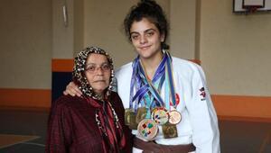 Büyüttüğü torununun şampiyon judocu olması için çabalıyor