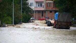 Kastamonuda evleri su bastı, araçlar sele kapıldı