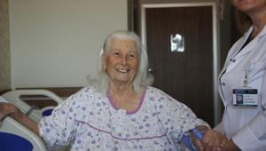 96 yaşında kalça kırığıyla girdi, yürüyerek çıktı