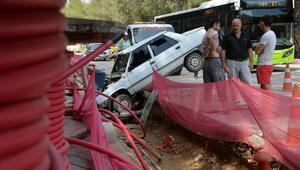 Otomobil, elektrik hattı için kazılan kanala düştü