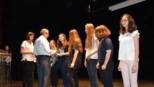 Türkçe'nin doğru ve güzel konuşulması etkinlikleri kapsamında öğrenciler ödüllerini aldı
