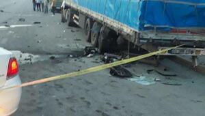 Hafif ticari araç, park halindeki TIRa çarptı: 3 ölü, 6 yaralı