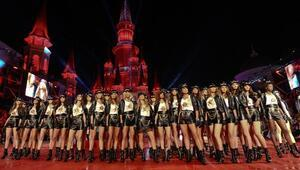 Paris Hilton Dosso Dossi podyumunda