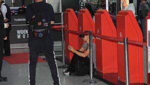 Paris Hilton bagaj işlemleri uzayınca yere oturup dinlendi