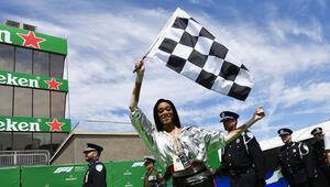 Formula 1de güzel model yarışı katletti