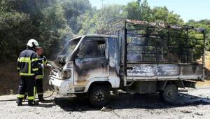 Seyir halindeyken yanan kamyonet kullanılmaz hale geldi