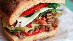İki dilim ekmek arasında taş olsa yiyecekler için enfes sandviçler