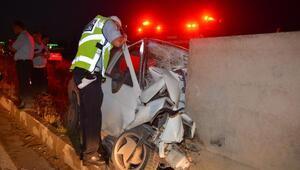 Beton bariyere çarpan otomobilin sürücüsü yaralandı