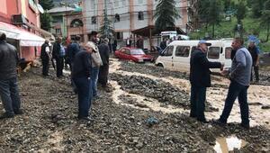 Gümüşhanede sağanakta yol kapandı, araçlar hasar gördü