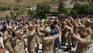 Hakkaride köylülerden jandarma karakoluna davul- zurnalı bayram ziyareti