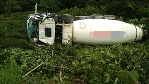 Beton mikseri devrildi, sürücü öldü