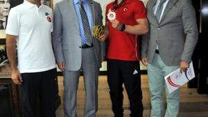 Türkiye 2ncisi güreşçi altınla ödüllendirildi