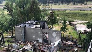 Yaylada yıldırım düşen ev yandı