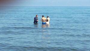 Takım elbise ile denize girerek, vatandaşlardan oy istedi (2)- Yeniden