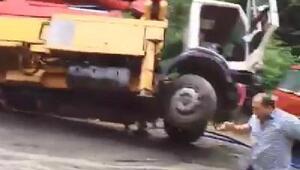 Trabzonda sel suları, beton pompası ile kamyonu dereye böyle sürükledi