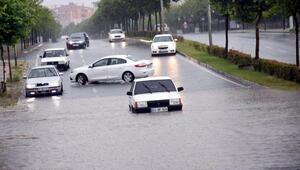 Çorluda yağmur caddeleri göle çevirdi