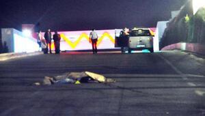 Otomobil, yolda kanlar içinde yatan genci ezdi