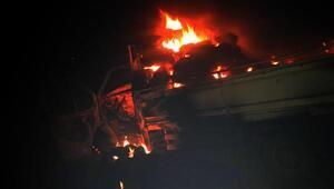 Saman balyası yüklü kamyonet alev alev yandı