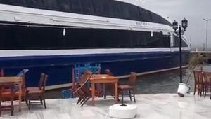 Avşada fırtınada deniz otobüsü karaya oturdu