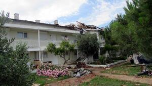 Şarköyde fırtına çatıları uçurdu, zeytin ağaçlarını devirdi