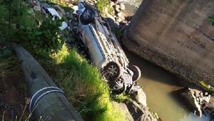 Hayratta kamyonet dereye uçtu: 7 yaralı