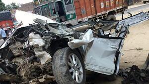 Hindistanda otomobille kamyon çarpıştı: 7 ölü