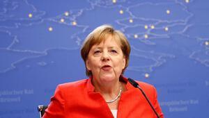 Merkel başbakanlık koltuğunu kurtardı