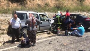 Hafif ticari araç ile otomobil çarpıştı: 2si çocuk 6 yaralı