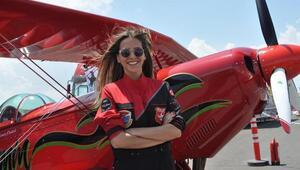 Türkiyenin ilk kadın akrobasi pilotu Semin Öztürkten nefes kesen gösteri