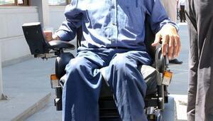 Polis ekipleri engelli adama tekerlekli sandalye hediye etti