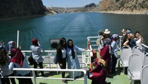 Kadınlar tekneyle ilk kez Takoran Vadisini gezdi