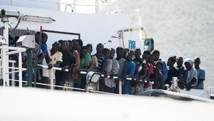 İtalya limanlarını mültecilere kapatmak istiyor