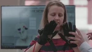 Görme engelliler özel eldivenler sayesinde sanat eserlerini görebiliyor