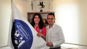 Dragan Nesic ve smaçör Melis Durul Çanakkale Belediyesporda