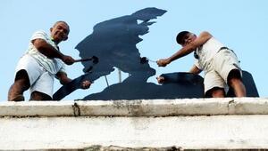 Emekliler Atatürk heykelini boyadı