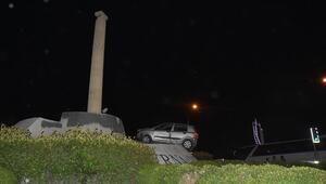 Kontrolden çıkan araç Smyrna Anıtının tepesine çıktı