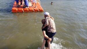 Sandalları batan 2 kişiyi deniz polisi kurtardı