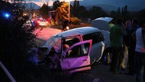 Kamyonetle otomobil çarpıştı: 2 ölü, 6 yaralı