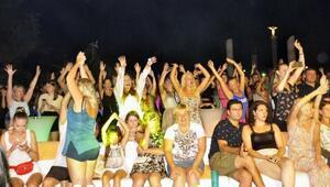 Rus şarkıcılar turistleri coşturdu