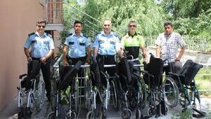 Polislerden 6 engelliye tekerlekli sandalye