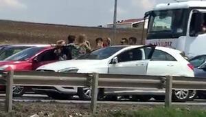 Trafikteki sürücülerin saç saça baş başa kavgası kamerada