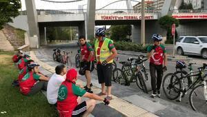 Bisikletleriyle Düzce'den Anıtkabir'e bayrak almaya geldiler