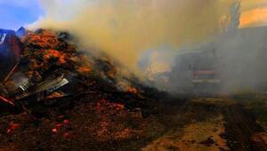 Ahır yangınında, saman balyaları ile otomobil de yandı
