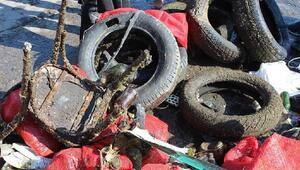 Erdekte denizden bir römork dolusu atık çıktı