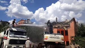 Bingölde madde bağımlılarının kullandığı metruk bina yıkıldı